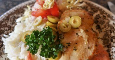 Örtfylld kyckling med tomatsås och oliver