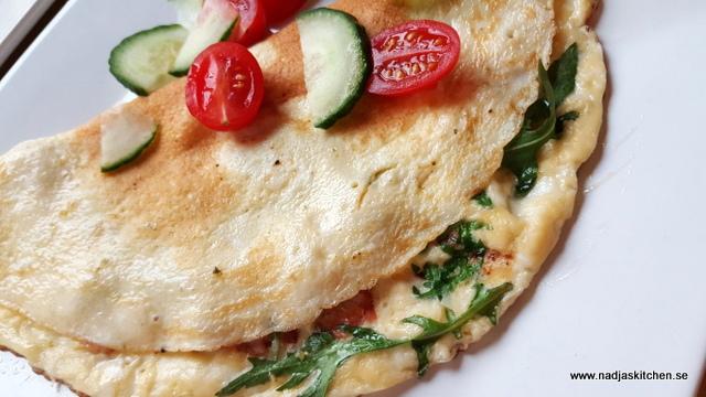 Omelett med skinka, tomat, ost och ruccola