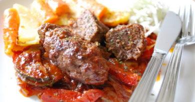 Köttfärsjärpar med timjan och grönsaker i tomatsås