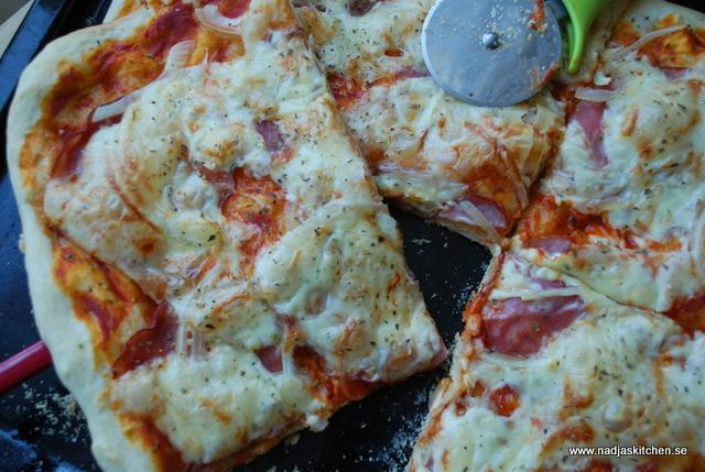 Skink- och lökpizza