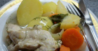 tallrik med kyckling och potatis
