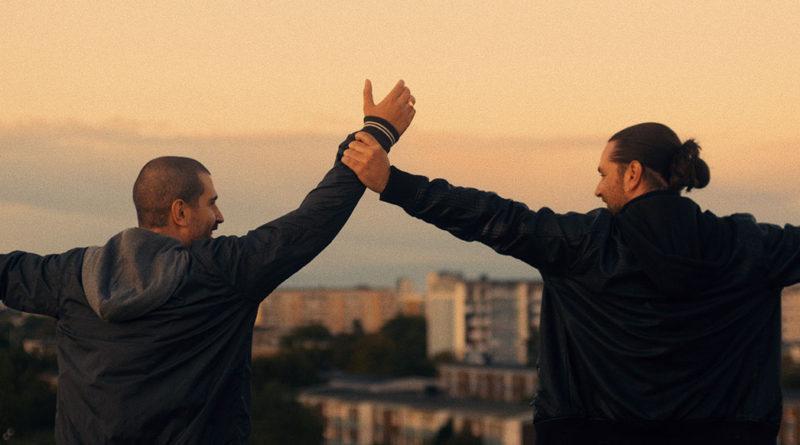 två bröder i solnedgången