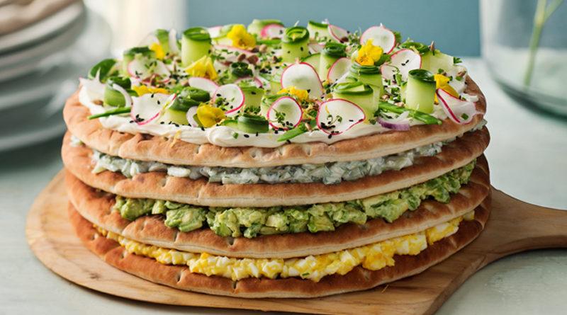 Smörgåstårta med sockerärter och avokado